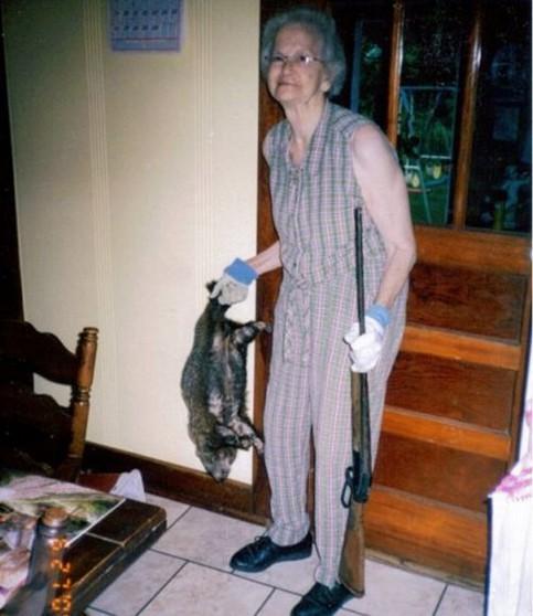 Eine alte Frau hat ein Tier erschossen.
