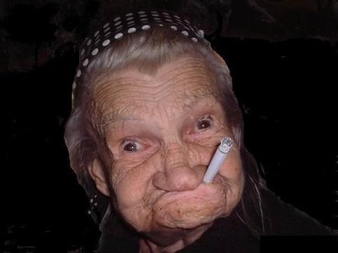 Eine lustige Oma mit Zigarette im Mund.