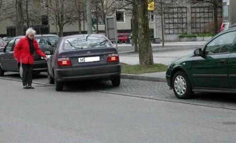 Eine Oma parkt ihr Auto unglaublich schlecht in eine große Parklücke ein.