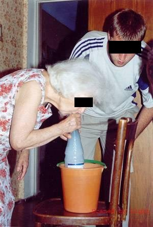 Eine Oma und ein Junge vor einer Flasche.