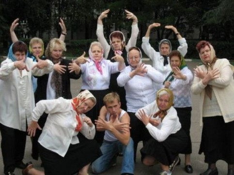 Eine Menge alter Frauen machen coole Rapper-Gesten.
