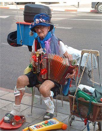 Ein alter Mann spielt viele Instrumente auf einmal.