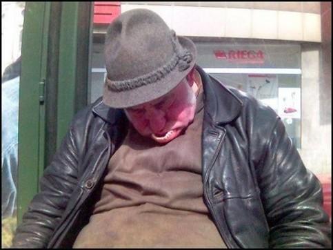 Ein Opa ist eingeschlafen und sein Gebiss ist nach vorne geschoben.