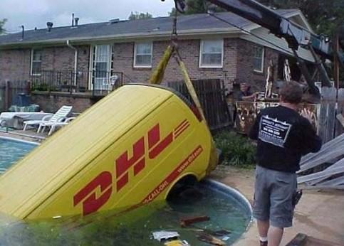 Ein Paketauto wird aus einem Swimmingpool vom Abschleppdienst herausgezogen.