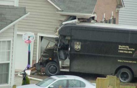 Ein Transporter eines Paketdienstes ist in ein Haus gefahren.