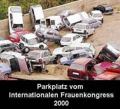 Ein Haufen Autos bei einem Unfall. Parkplatz vom Internationalen Frauenkongress.