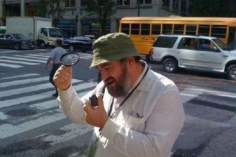 Ein Mann zündet sich eine Pfeife mit Sonnenlicht und einer Lupe an.