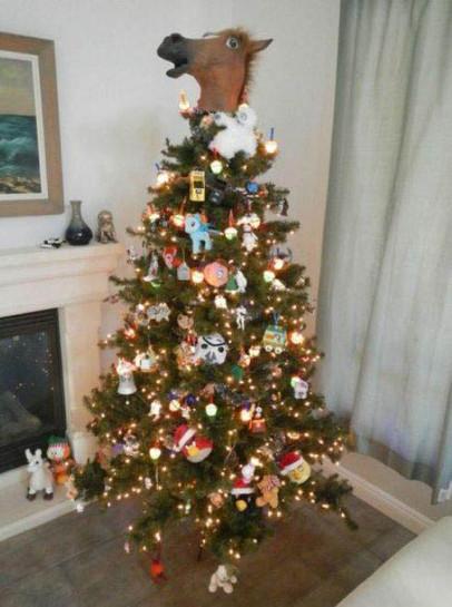 Auf einen Weihnachtsbaum wurde eine Pferdekopfmaske als Baumspitze gesetzt.