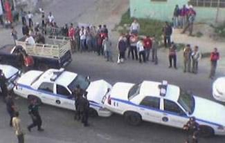 Mehrere Polizeiautos sind in einem Massenunfall verwickelt.