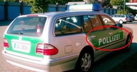 """Auf einem Polizeiwagen ist der Schriftzug falsch geschrieben, dort steht """"POLLIZEI""""."""