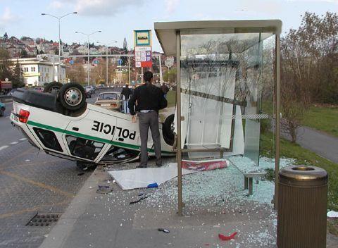 Ein Polizeiauto hatte einen Unfall und liegt auf dem Dach.