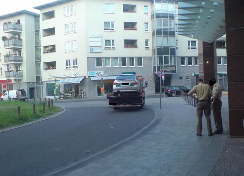 Ein Polizeiwagen wird abgeschleppt.