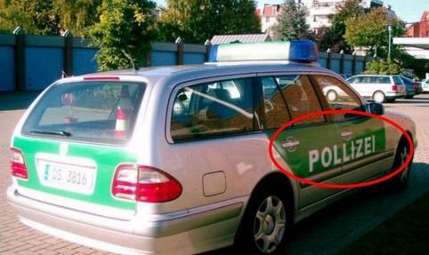 """Ein Polizei-Auto mit einem Rechtschreibfehler auf dem Lack - """"Pollizei""""."""