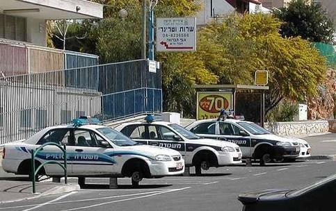 Bei drei Polizeiautos sind die Reifen geklaut worden.