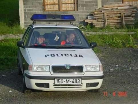 Zwei Polizisten schlagen in einem Polizeiauto