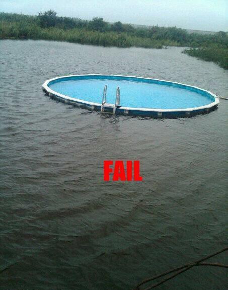 Ein Swimmingpool ist in einem See eingebaut.