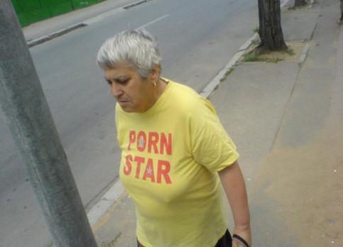 """Eine alte Frau mit einem T-Shirt """"Pornstar""""."""