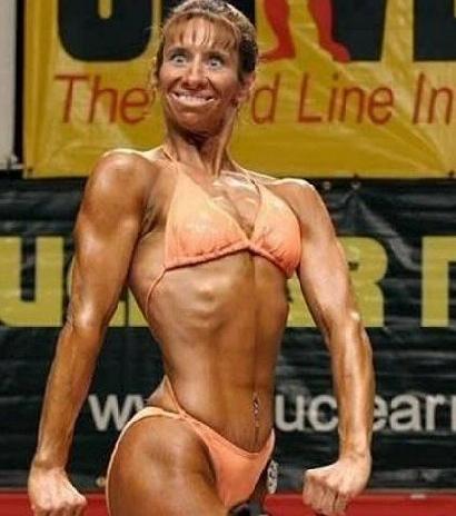 Eine Bodybuildering grinst sehr dämlich.