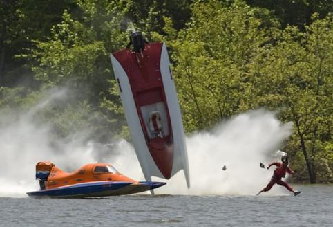Ein Unfall mit Powerboats.