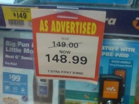 Ein Schild in einem Geschäft: Der Preis von einem Handy wurde von 149$ auf 148,99$ gesenkt.
