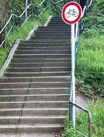 Eine Treppe, auf der es verboten ist, mit dem Rad hoch zu fahren.