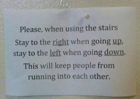 Ein Zettel fordert Treppenbenutzer dazu auf, beim Hochgehen rechts und beim Runtergehen links zu laufen.