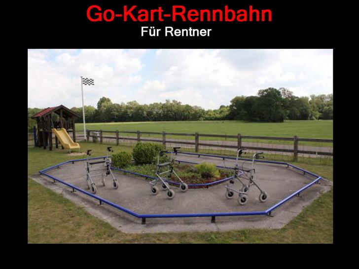 """Auf einer Kinder-Rennbahn stehen drei Rollatoren. Dazu sthet der Text """"Go-Kart-Rennbahn für Rentner"""""""