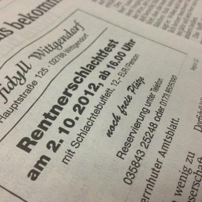"""In einer Zeitung ist Werbung für das """"Rentnerschlachtfest"""" eines Restaurants gedruckt."""