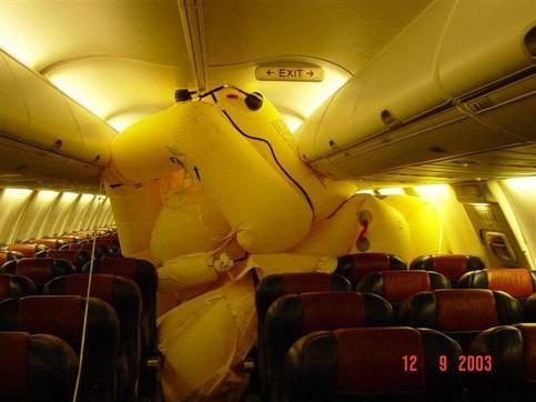 In einem Flugzeug ist die Rettungsinsel aufgegangen.