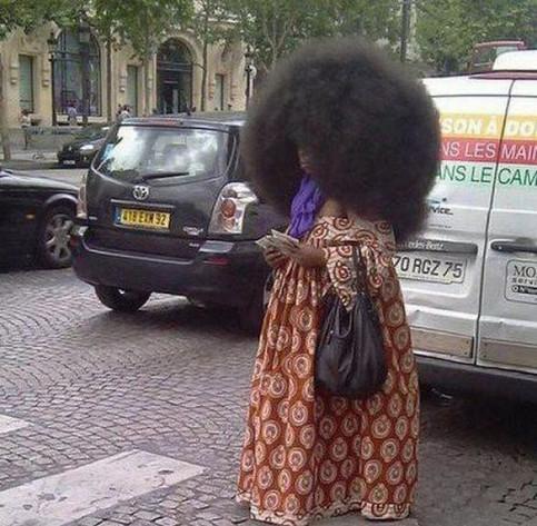 Eine Frau mit einer riesigen Afro-Frisur.
