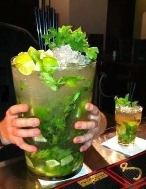 Ein Cocktail, der mehrere Liter groß ist. Ein Riesen-Cocktail!