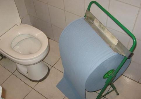 Eine riesige Rolle Klopapier auf einer Toilette.