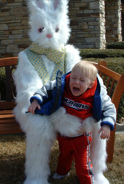Ein Kind heult und wird dabei von einem großen Hasen festgehalten.