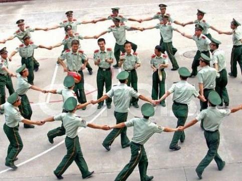 Chinesische Polizisten tanzen.