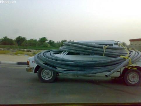 Ein Auto ist Rohren bzw. Schläuchen umwickelt. Der Fahrer kann kaum etwas sehen.