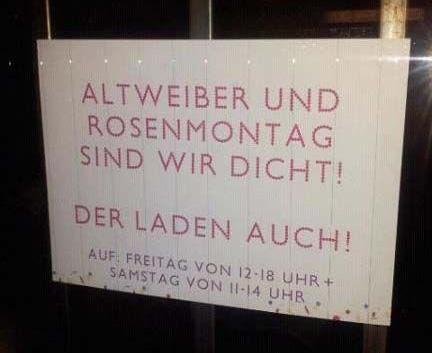 """Auf einem Schild in einem Schaufenster steht: """"Altweiber und Rosenmontag sind wir dicht! Der Laden auch!"""""""