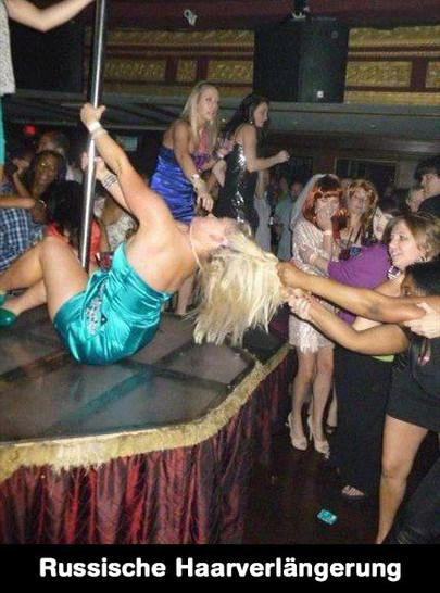 Eine Blondine tanzt an einer Stange. Eine andere Frau hat ihre Haare gepackt und reisst daran.