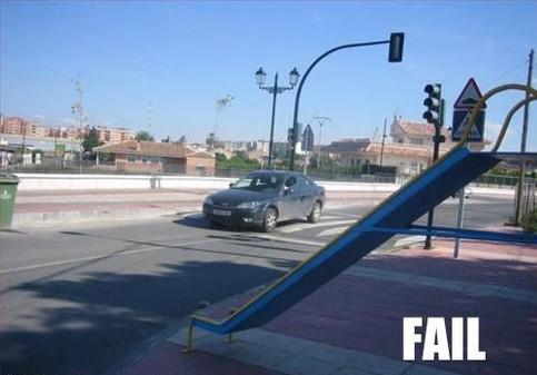 Eine Kinderrutsche führt direkt auf eine Straße.