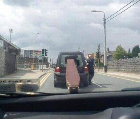 Aus einem Leichenwagen ist ein Sarg herausgerutscht. Er hat dabei die Heckscheibe des Leichenwagens durchschlagen.