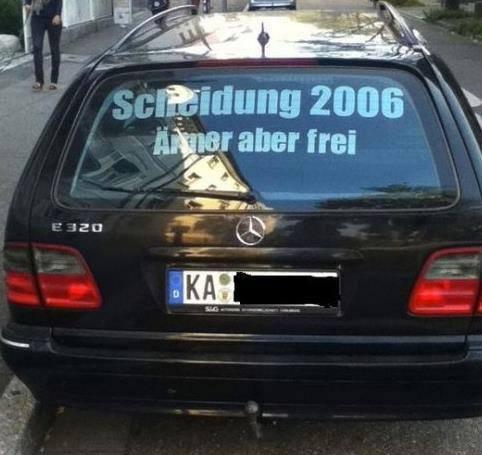 """Auf der Heckscheibe eines Mercedes prangt der Spruch """"Scheidung 2006 - Ärmer aber frei"""""""