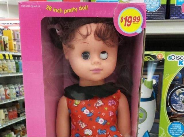 """Eine verpackte Puppe in einem Spielwarenladen schielt extrem. Auf der Verpackung steht """"pretty doll""""."""