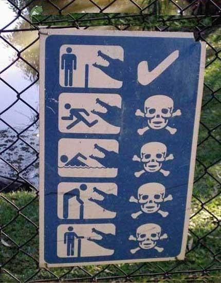 Ein Schild warnt vor den Gefahren, die durch Krokodile ausgehen können.