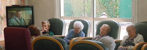 Senioren sind vor dem Fernseher eingeschlafen.