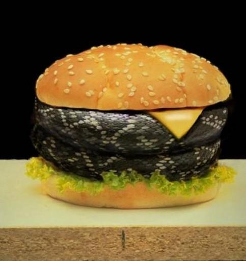 Ein Burger, der mit einer Schlange belegt ist.