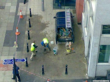 Ein Transporter steht auf einem Pflaster, auf das er gar nicht hätte fahren können, weil der Platz von Pfosten umgeben ist.