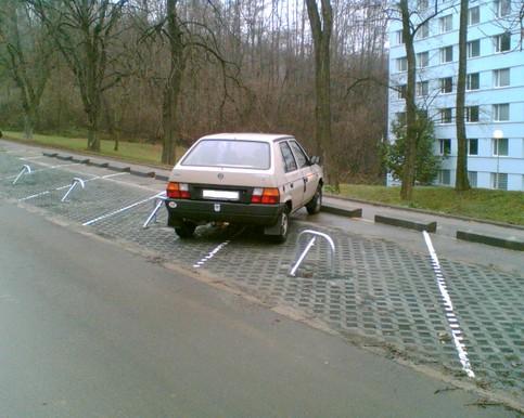Ein Auto parkt zwischen zwei Parkplätzen und überlistet so die Parksperren.