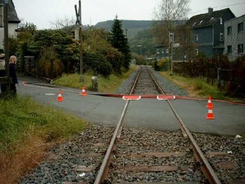 Ein Schlauch wurde über Bahnschienen gelegt, dabei wurden Stellen markiert, an denen ein Zug über den Schlauch fahren könnte.