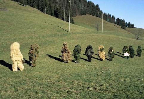 Getarnte Soldaten auf einer Wiese.