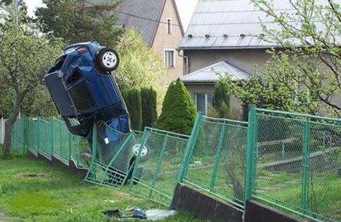 Ein Auto steht auf der Motorhaube.