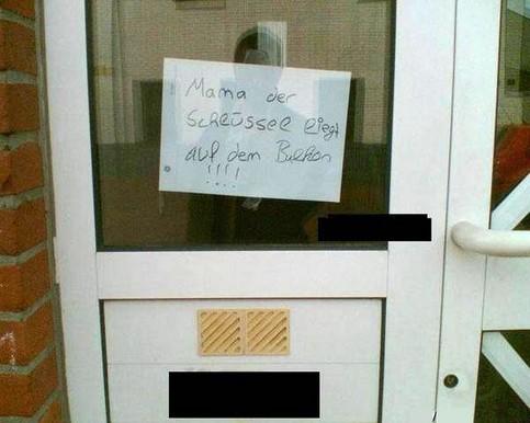 """Ein Junge hat einen Zettel an die Tür gehängt: """"Mama der Schlüssel liegt auf dem Balkon!"""""""